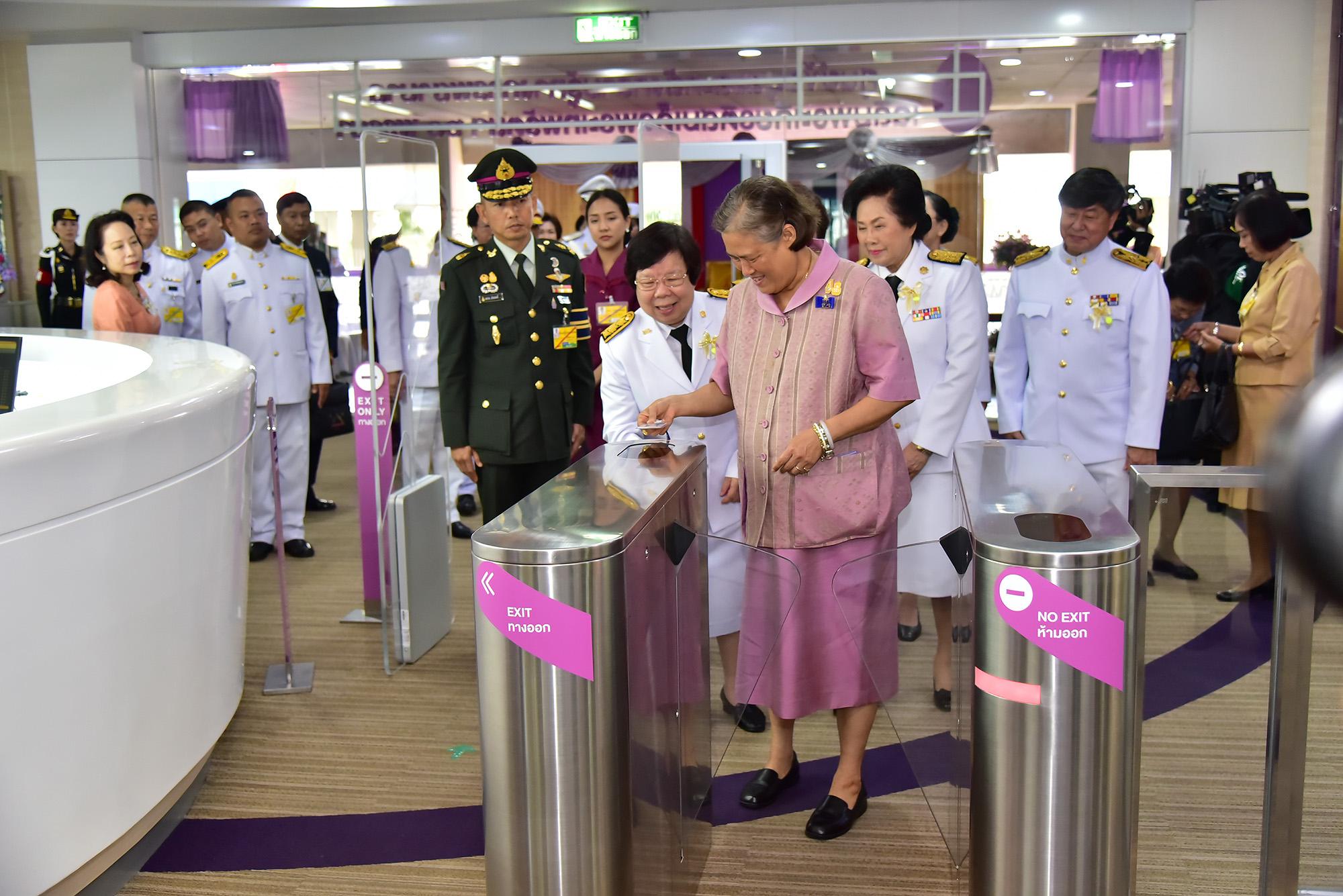 สมเด็จพระเทพรัตนราชสุดาฯ สยามบรมราชกุมารี เสด็จพระราชดำเนินไปทรงเปิดศูนย์ข้อมูลและคลังความรู้ทางการพยาบาล มหาวิทยาลัยมหิดล