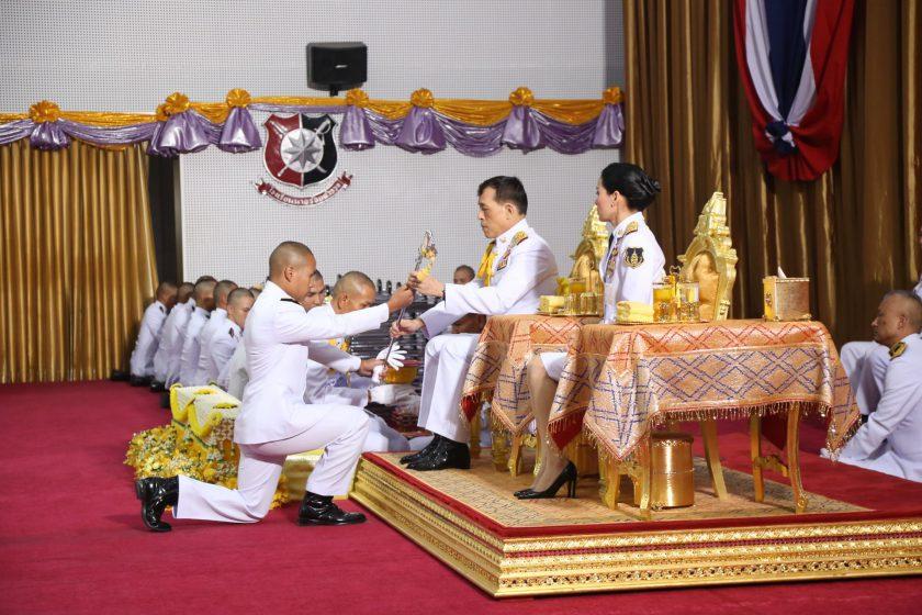 พระบาทสมเด็จพระเจ้าอยู่หัว และสมเด็จพระนางเจ้าฯ พระบรมราชินี พระราชทานกระบี่และปริญญาบัตรแก่ผู้สำเร็จการศึกษาจากโรงเรียนนายร้อยตำรวจ ประจำปีการศึกษา 2561