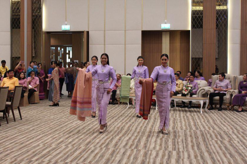 สตรีเมืองคอน ร่วมรณรงค์สวมใส่ผ้าไทย สืบสานภูมิปัญญา สร้างรายได้ ให้เศรษฐกิจไทย